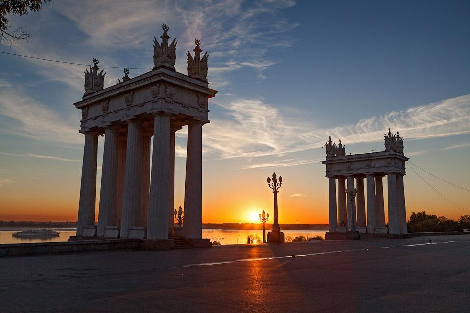 Рассвет на набережной в Волгограде